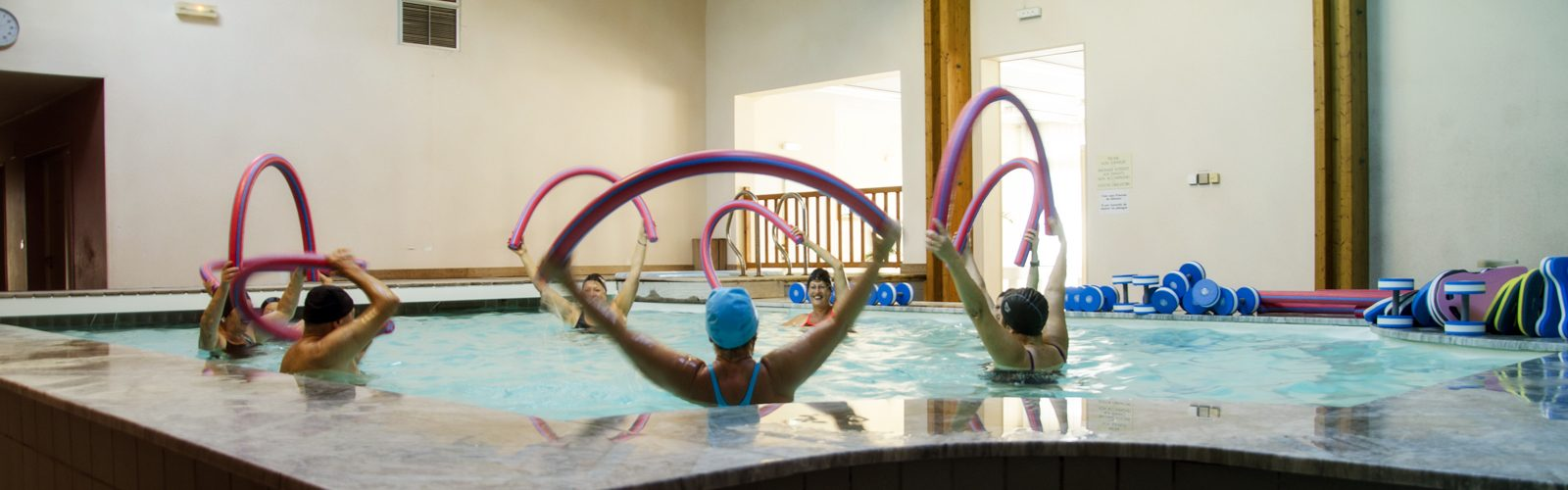 Activité de groupe dans la piscine intérieur du Grand Hôtel de la Poste à Massiac (15500).